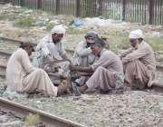 لاہور: ریلوے مزدور کام میں مصروف ہیں۔