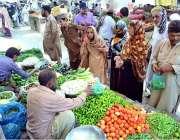 حیدر آباد: شہری تازہ سبزیاں خریدنے میں مصروف ہیں۔