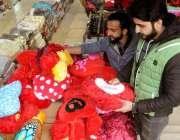 راولپنڈی: دکاندار ویلنٹائن ڈے کی آمد کے موقع پر ہارٹ شیپ کشن فروخت کررہا ..