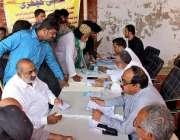حیدر آباد: کھلی کچہرے کے دوران شہری HESCOکے خلاف شکایات پیش کر سنا رہے ..