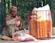 ملتان: معمرخاتون کھانے پینے کی اشیاء سجائے گاہکوں کی منتظر ہے۔