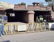 لاہور: ٹریفک وارڈن نے دو موریہ پل کے نیچے سے گزرنے والا راستہ بیریئرز ..