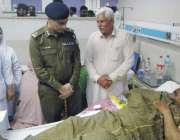 لاہور: سی سی پی او لاہور بی اے ناصر جنرل ہسپتال میں زخمی کانسٹیبل مشرف ..