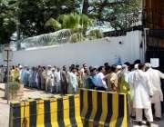 فیصل آباد: شہری بڑی تعداد سٹیٹ بینک آف پاکستان کے باہر فریش کرنسی نوٹ ..