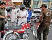 راولپنڈی: ایس ایچ و تھانہ ویسٹریج اپنی ٹیم کے ہمراہ بغیر نمبر پلیٹ گاڑیاں ..
