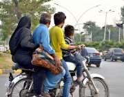اسلام آباد: موٹرسائیکل سوار بغیر کسی حفاظتی ہیلمیٹ پہنے اور چار افراد ..