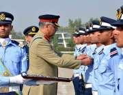 رسالپور: اصغر خان پی اے ایف اکیڈمی میں گریجویشن کی تقریب کے دوران چیئرمین ..