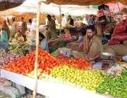 اسلام آباد: شہری رمضان سستا بازار سے سبزیاں اور پھل خرید رہے ہیں۔