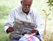 لاڑکانہ: ایک معمر شہری جناح باغ میں بیٹھا اخبار کا مطالعہ کرنے میں مصروف ..
