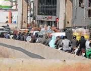 راولپنڈی: مری روڈ موتی محل کے قریب شدید ٹریفک جام کا منظر۔
