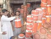 لاہور: شہری دکان سے پانی والا کولر خرید رنے کے لیے دیکھ رہے ہیں۔