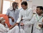 سرگودھا: وزیر اعظم عمران خان سرکاری ہسپتال کے دورہ کے موقع پر مریضوں ..