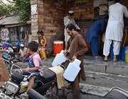 راولپنڈی: شہری واٹر فلٹریشن پلانٹ سے پینے کے لیے پانی بھر کر لیجا رہے ..