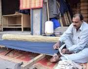 لاہور: ایک کاریگرچیخیں میں تیار کر رہا ہے۔
