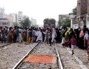 حیدر آباد: بنگالی کالونی کے رہائشی ریلوے انتظامیہ کی جانب سے گھروں ..