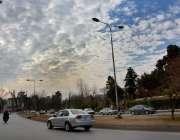 اسلام آباد: وفاقی دارالحکومت میں دن کے وقت آسمان پر بادل چھائے ہوئے ..