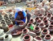 حیدرآباد: کمہار پارا جامشورو روڈ پر مٹی سے بنے ہوئے برتنوں کی پینٹنگ ..