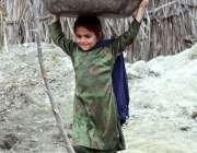 پشاور: تعلیم سے محروم ایک بچی گھریلو استعمال کا اشیاء فروخت کررہی ہے۔