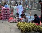 راولپنڈی: فروٹ منڈی میں بیوپاریوں نے سٹال سجا رکھے ہیں۔