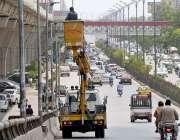راولپنڈی: واپڈا اہلکار سٹریٹ لائٹس مرمت کرنے میں مصروف ہیں۔
