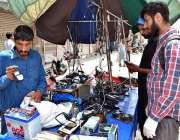 لاہور: دکاندار نے گاہکوں کو متوجہ کرنے کے لیے موبائل فون اسیسریز سجا ..