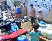 حیدر آباد: پانی کی قلت کے باعث شہری واٹر فلٹریشن پلانٹ سے پینے کے لیے ..