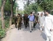 لاہور: اسٹنٹ کمشنر ماڈل ٹاؤن ذیشان رانجھا پولیس کے ہمراہ مسلم لیگ (ن) ..