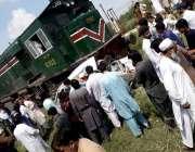 راولپنڈی: ترنول میں ٹرین حادثہ کے بعد لوگ امدادی کاروائیوں میں مصروف ..