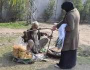 لاہور: میڈیکل کی طالبہ ایک بزرگ سے کھانے کی اشیاء خرید رہی ہے۔