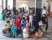 حیدر آباد: عید اپنے پیاریوں کے ساتھ منانے کے لیے ریلوے اسٹیشن پر مسافروں ..