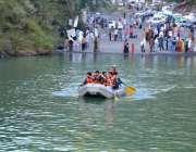 نتھیا گلی: سمندر کتھا جھیل میں کشتی کی سواری سے لطف اندوز ہوتے لوگ۔