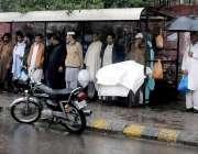 راولپنڈی: بارش سے بچنے کیلئے شہریوں سے ایک بس سٹاپ کے شیلٹر کے نیچے ..