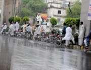 راولپنڈی: موسلا دھار بارش سے بچنے کے لیے کمیٹی چوک انڈر پاس کے نیچے ..
