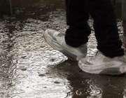 اسلام آباد: نوجوان بارش کے دوران پیدل چل رہا ہے۔