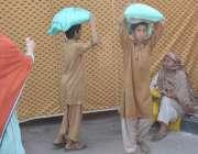 لاہور: نو عمر لڑکے اپنے گھر والوں کا پیٹ پالنے کے لیے رمضان بازار میں ..