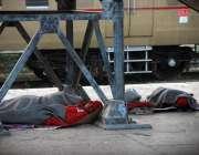 کراچی: کام نہ ہونے کے باعث کلی کینٹ ریلوے اسٹیشن پر آرام کر رہے ہیں۔