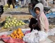 اسلام آباد: ملک کا معمار دو وقت کی روٹی کمانے کے لیے کھنہ پل روڈ کنارے ..
