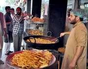 اسلام آباد: دکاندار روایتی انداز سے جلیبیاں بنا رہاہے۔