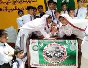 لاڑکانہ: نجی سکول میں طالبات آرم ریسلنگ کے مقابلے میں شریک ہیں۔