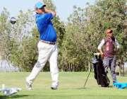 کراچی: محمد نظیر38ویں سی اے ایس اوپن گالف چمپئن شپ کے موقع شارٹ کھیلتے ..