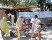 راولپنڈی: حیدر چوک رمضان سستا بازار کے باہر کوئی سیکویرٹی اہلکار موجود ..
