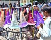 حیدر آباد: محنت کش نے فروخت کے لیے (نیٹ) سجا رکھے ہیں۔