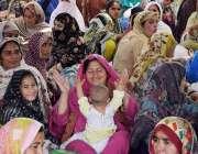 لاہور: مال روڈ پر دھرنے کے دوران ایک لیڈی ہیلتھ ورکر اپنی کمسن بچی کے ..
