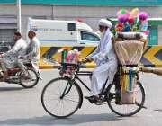 فیصل آباد: ایک بوڑھا فروش گھریلو اشیاء سائیکل پر بیچنے کے لئے جا رہا ..