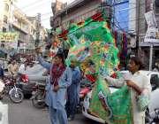 لاہور:عید میلا النبی  کی مناسبت سے اردو بازار میں محنت کش پر چم فروخت ..