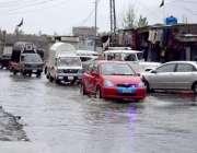 گلگت: گاڑیاں بارش کے جمع پانی سے گزر رہی ہیں۔