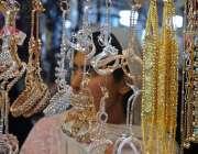 راولپنڈی: موتی بازار میں خاتون عدی کے لیے جیولری پسند کررہی ہے۔