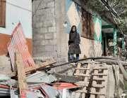نیلم: سرحد پار سے بھارتی فوجیوں کی گولہ باری سے گھر کے باہر کھڑی لڑکی۔