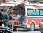 راولپنڈی: مری روڈ حادثے کا شکار ہونے والے شخص کو ریسکیو اہلکار ہسپتال ..