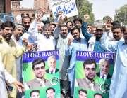 لاہور: مسلم لیگ (ن) کے کارکن پنجاب اسمبلی میں قائد حزب اختلاف حمزہ شہباز ..